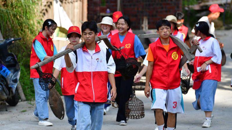 Erlernen des immateriellen Kulturerbes: Sommerferien lokaler Schüler in Guangxi