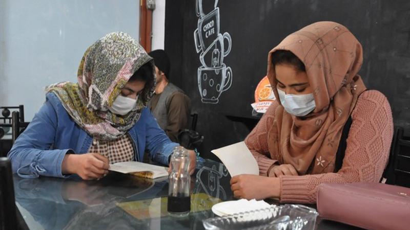 Frauen in Afghanistan dürfen in geschlechtergetrennten Klassen studieren