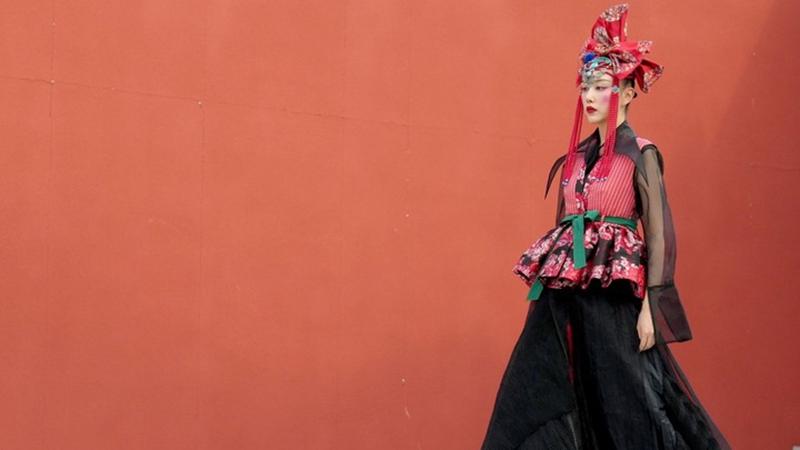 Modewoche in Beijing eröffnet mit glanzvoller Show