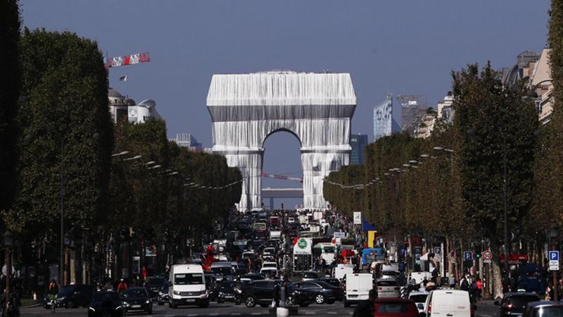 Christos Kunstinstallation verhüllt Arc de Triomphe