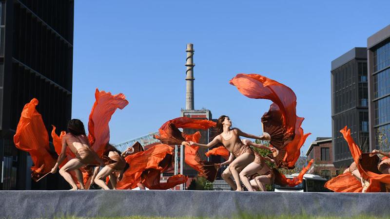 Tanzshow findet im Park Shougang in Beijing statt
